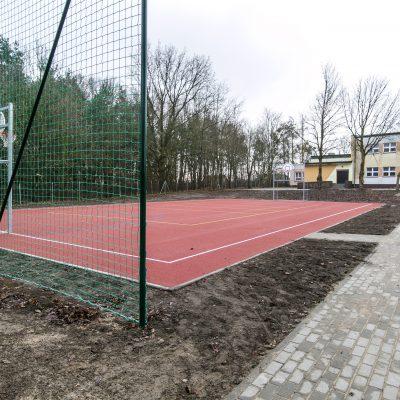 widok na boisko do gry w koszykówkę w Szkole Podstawowej w Terespolu Pomorskim