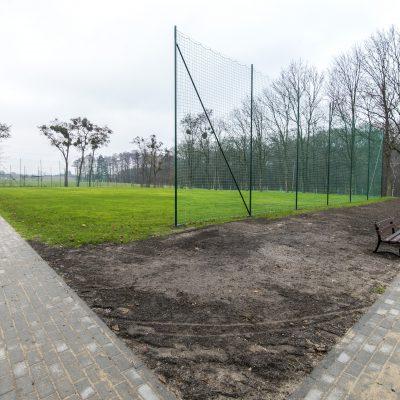 widok na boisko trawiaste w Szkole Podstawowej w Terespolu Pomorskim