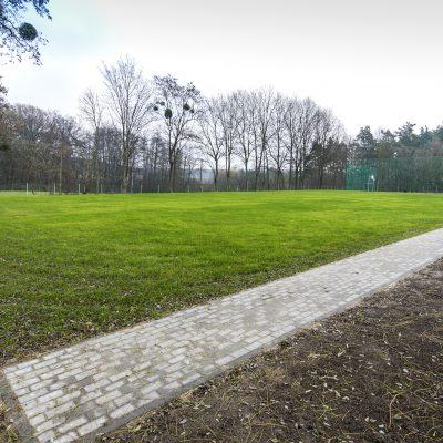 boisko do gry w piłkę nożną w Szkole Podstawowej w Terespolu Pomorskim, z prawej strony ławki