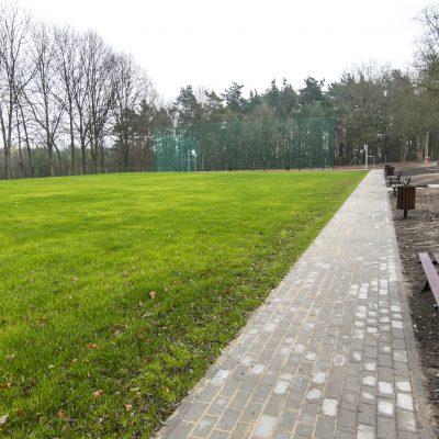 boisko do gry w piłkę nożną w Szkole Podstawowej w Terespolu Pomorskim, z prawej strony ławki oraz urządzenie do parkowania rowerów
