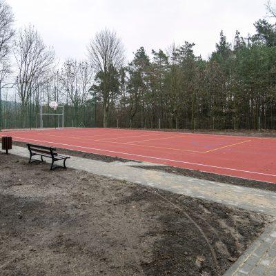 widok na boisko do gry w koszykówkę w Szkole Podstawowej w Terespolu Pomorskim, na pierwszym planie ławki