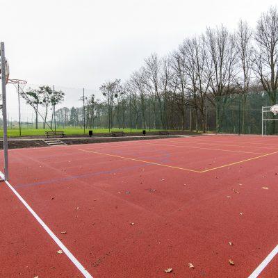 widok na boisko do gry w koszykówkę w Szkole Podstawowej w Terespolu Pomorskim, na drugim planie boisko do gry w piłkę nożną