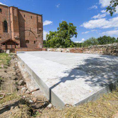widok na betonową wylewkę, w tle zamek krzyżacki
