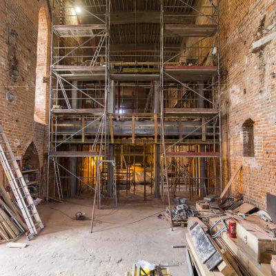 rusztowania we wnętrzu remontowanego zamku krzyżackiego,