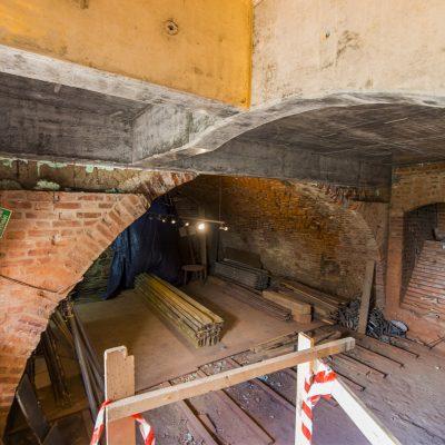 wnętrze remontowanego zamku krzyżackiego,