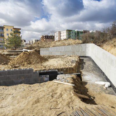widok na ściany Art- Parku w budowie