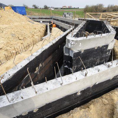 widok na budowę Art Parku, betonowe zbrojenia rampy