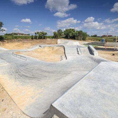 widok na betonową rampę Art- Parku