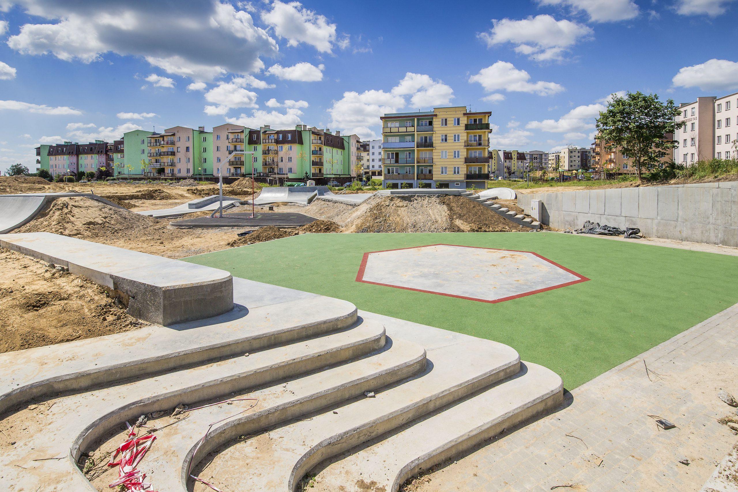 betonowe schody skate parku, w tle trawnik