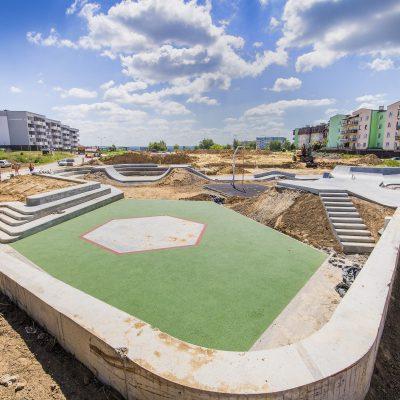 widok na plac budowy Art- Parku, w tle bloki mieszklane