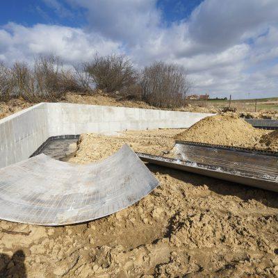 widok na betonową rampę Art- Parku w budowie