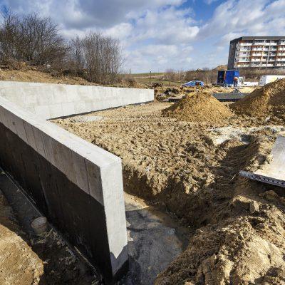 widok na betonowe ściany Art- Parku