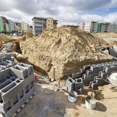 widok na robotnika układającego cegły do budowy ścian w Ar- Parku