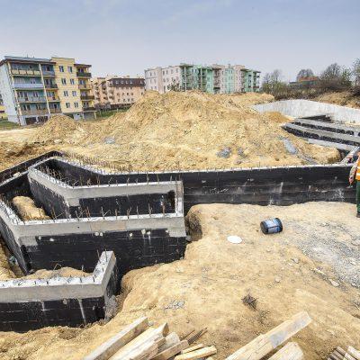 widok z góry na budowę Art- Parku, robotnik przy pracy