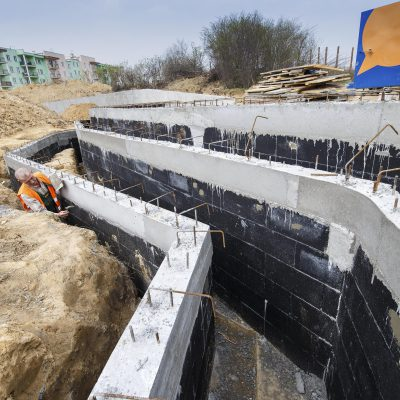 widok na zbrojenia betonowej konstrukcji Art- Parku, robotnik przy pracy