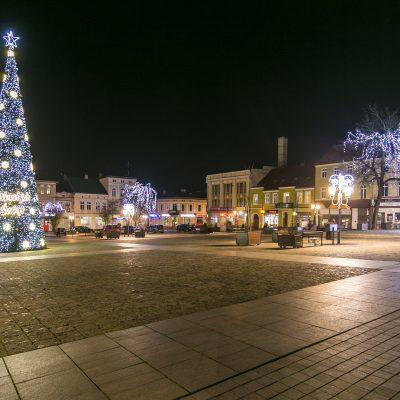 nocny widok na Duży Rynek w Świeciu, z lewej storny świąteczna choinka przystorojona świecącymi ozdobami, z prawej strony drzewa przystrojone świecącymi ozdobami świątecznymi