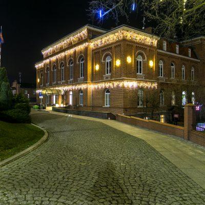 nocny widok na Urząd Miejski w Świeciu od strony wjazdy z ulicy Wojska Polskiego, na budynku świecące ozdoby świąteczne