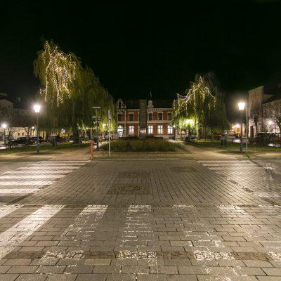 nocny widok na Mały Rynek w Świeciu, na drzewach świecące ozdoby świąteczne, w tle Poczta Polska