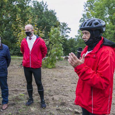 na pierwszym planie były Burmistrz Świecia Tadeusz Pogoda z mikrofonem, w tle Burmistrz Świecia Krzysztof Kułakowski oraz Przewodniczący Rady Miejskiej w Świeciu Jerzy Wójcik