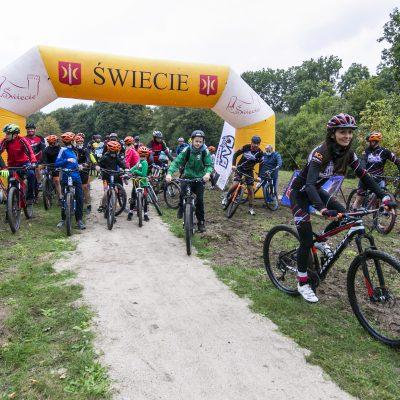 rowerzyści na starcie trasy MTB w Przechowie
