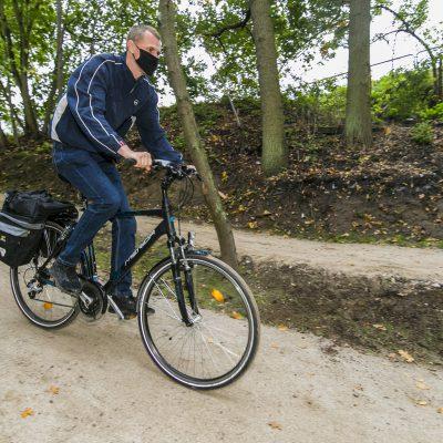 radny Sebastian Glaźiński w czasie zjazdu na rowerzy po torze MTB