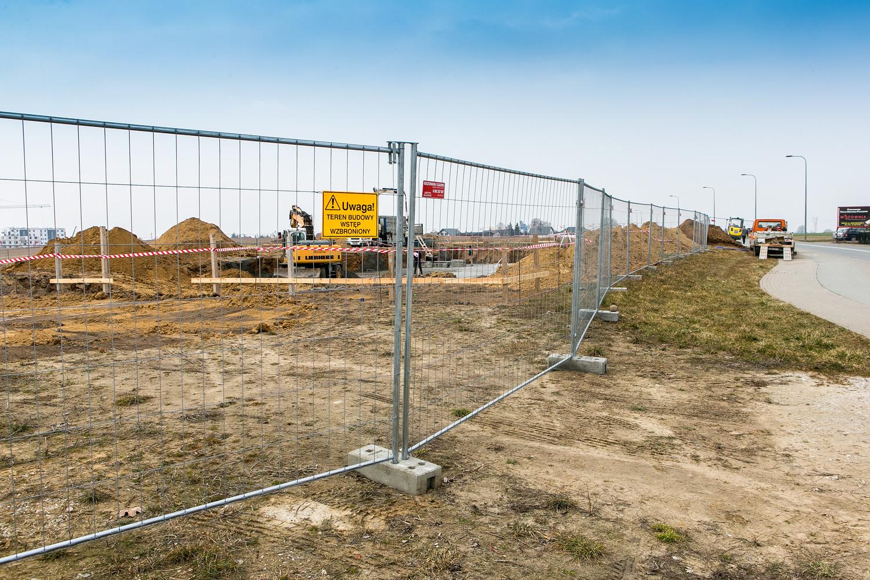 widok na ogrodzony plac budowy
