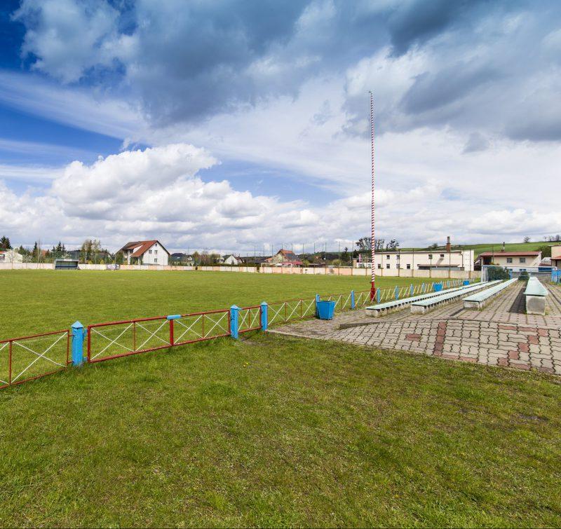 widok na murawę boiska, z prawej strony trybuny
