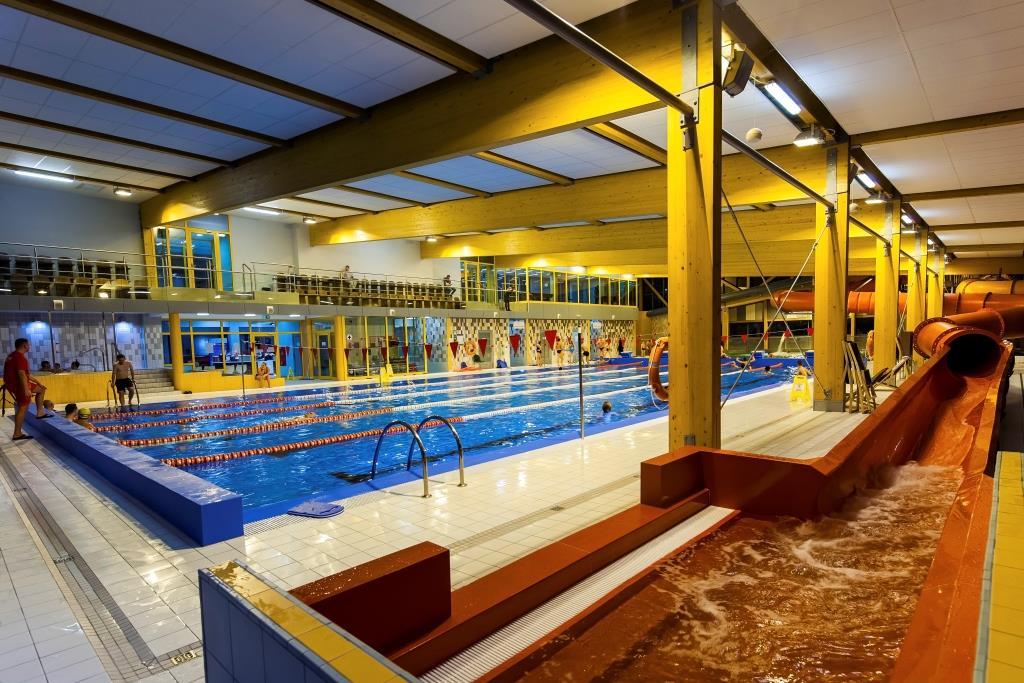 Widok na nieckę basenu