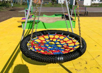 Nowy plac zabaw w Sulnowie, widok na huśtawkę w kształcie koła
