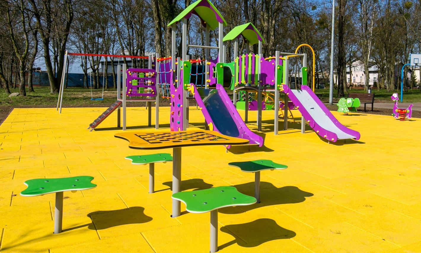 Nowy plac zabaw w Sulnowie, widok na zjeżdżalnie
