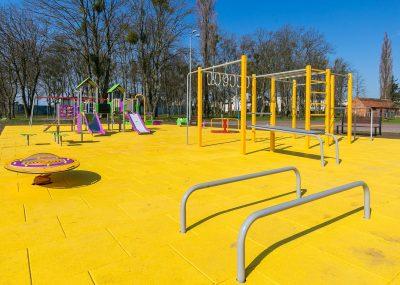 Nowy plac zabaw w Sulnowie, widok na tor przeszkód oraz zjeżdżalnie