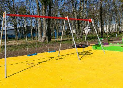 Nowy plac zabaw w Sulnowie, widok na huśtawki