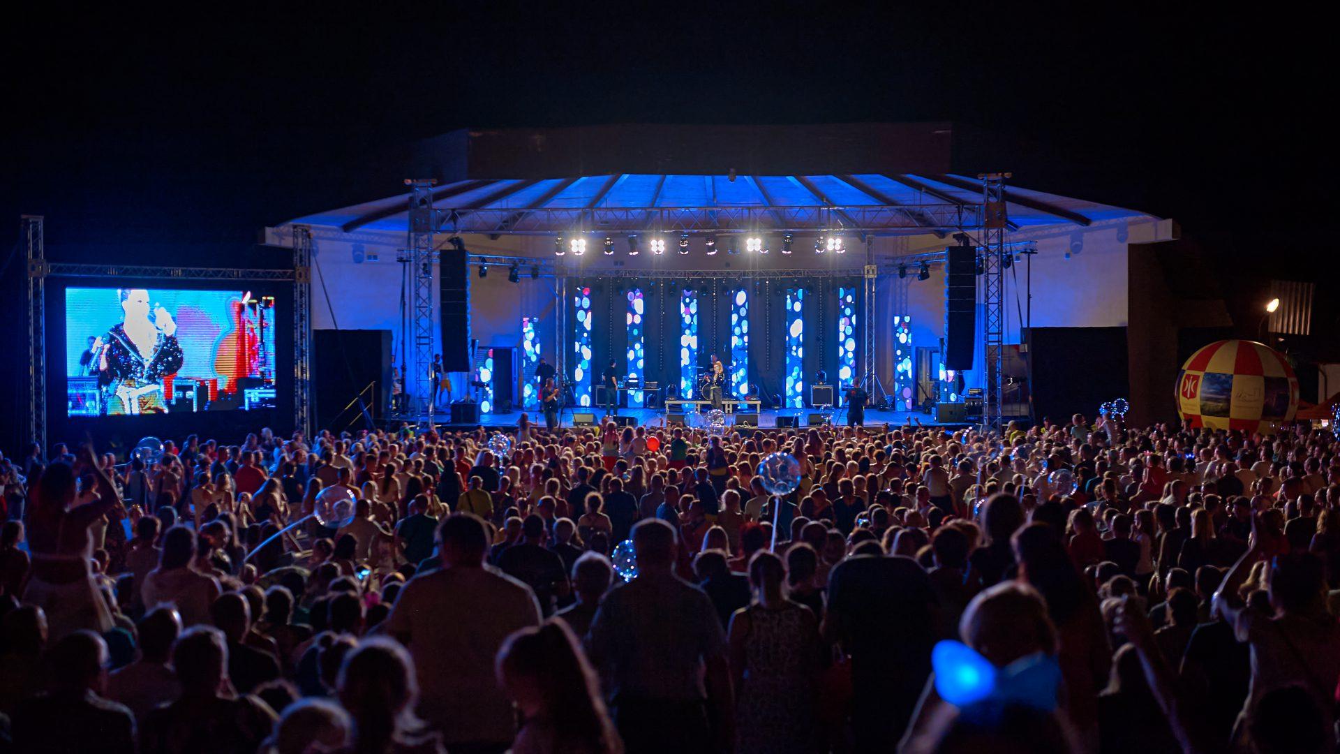 Koncert w amfiteatrze. Summer Hot Disco