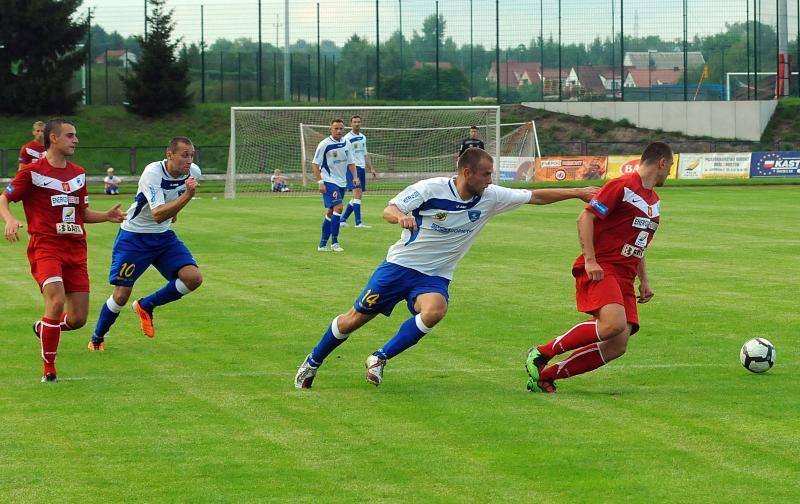 Piłkarze w czasie gry na stadionie