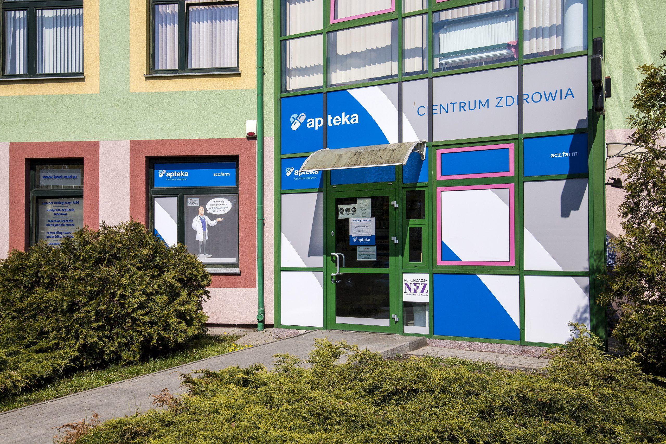 """widok na wejście do Apteki """"Centrum Zdrowia"""""""