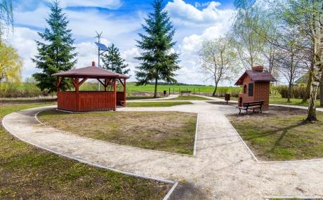 widok na grila i drewnianą altane w centrum rekreacyjnym we Wiągu