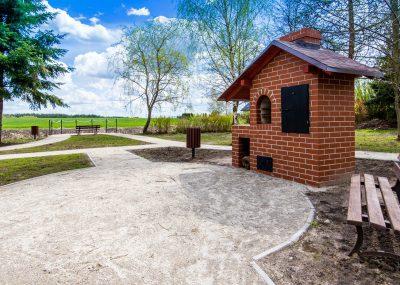 widok na murowany grill w centrum rekreacyjnym we Wiągu