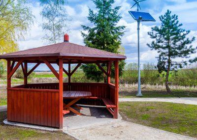 widok na drewnianą altanę w parku w centrum rekreacyjnym we Wiągu