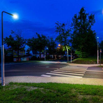 widok na oświetlone przejście dla pieszych