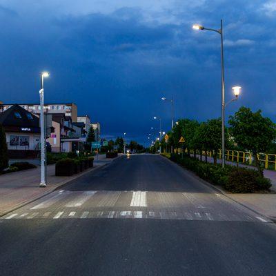 widok na ulicę z oświetlonym przejściem dla pieszych