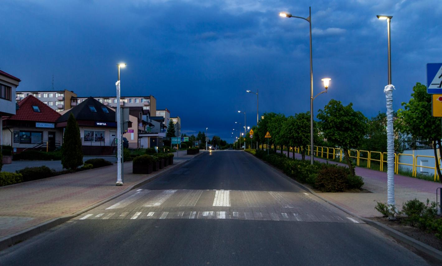 widok na oświetlone przjeście dla pieszych