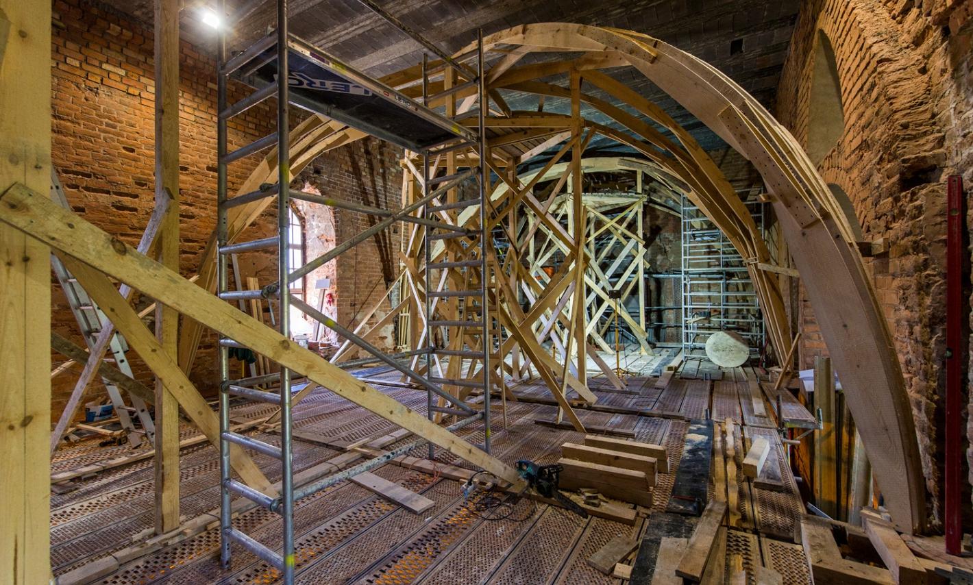 widok na drewniane podpory sklepienia we wnętrzu zamku krzyżackiego