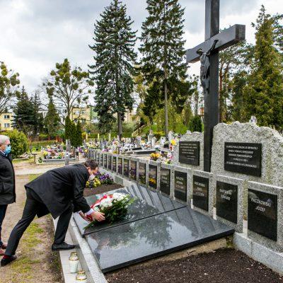 widok na cmentarz, zastępca Burmistrza i przewodniczacy Rady Miejskiej w Świeciu składają wiązankę na jednym z grobów