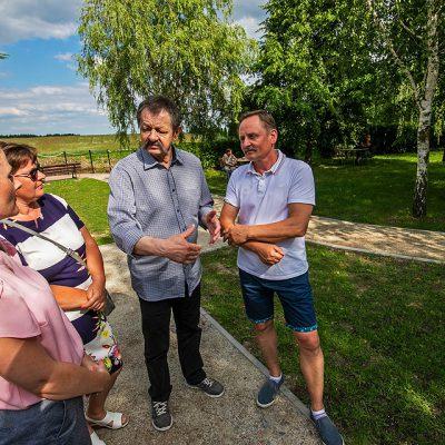 na obrazku Sekretarz Gminy rozmawia z uczestnikami otwarcia centrum rekreacyjnego w Wiągu