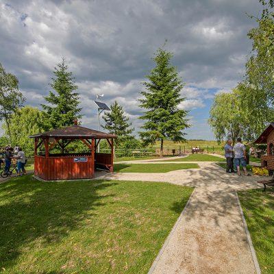 widok ma centrum rekreacyjne w Wiągu, w tle miejsce do grilowania i wiata do spozywania posiłków