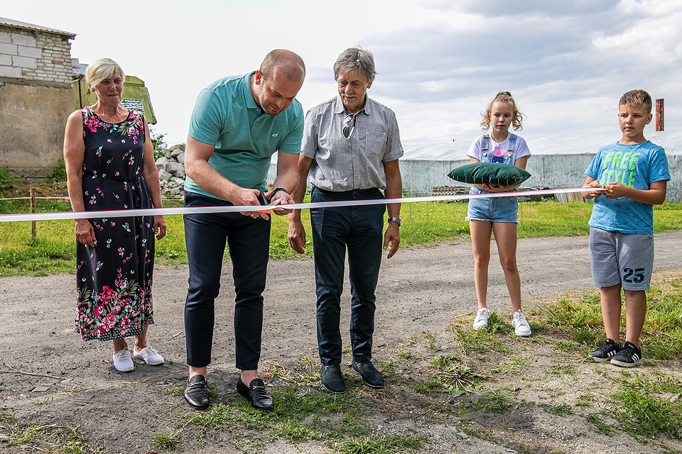 przecięcie wstęgi w centrum rekreacyjnym w Wiągu, na pierwszym planie Burmistrz Krzysztof Kułakowski przecinający wstęgę