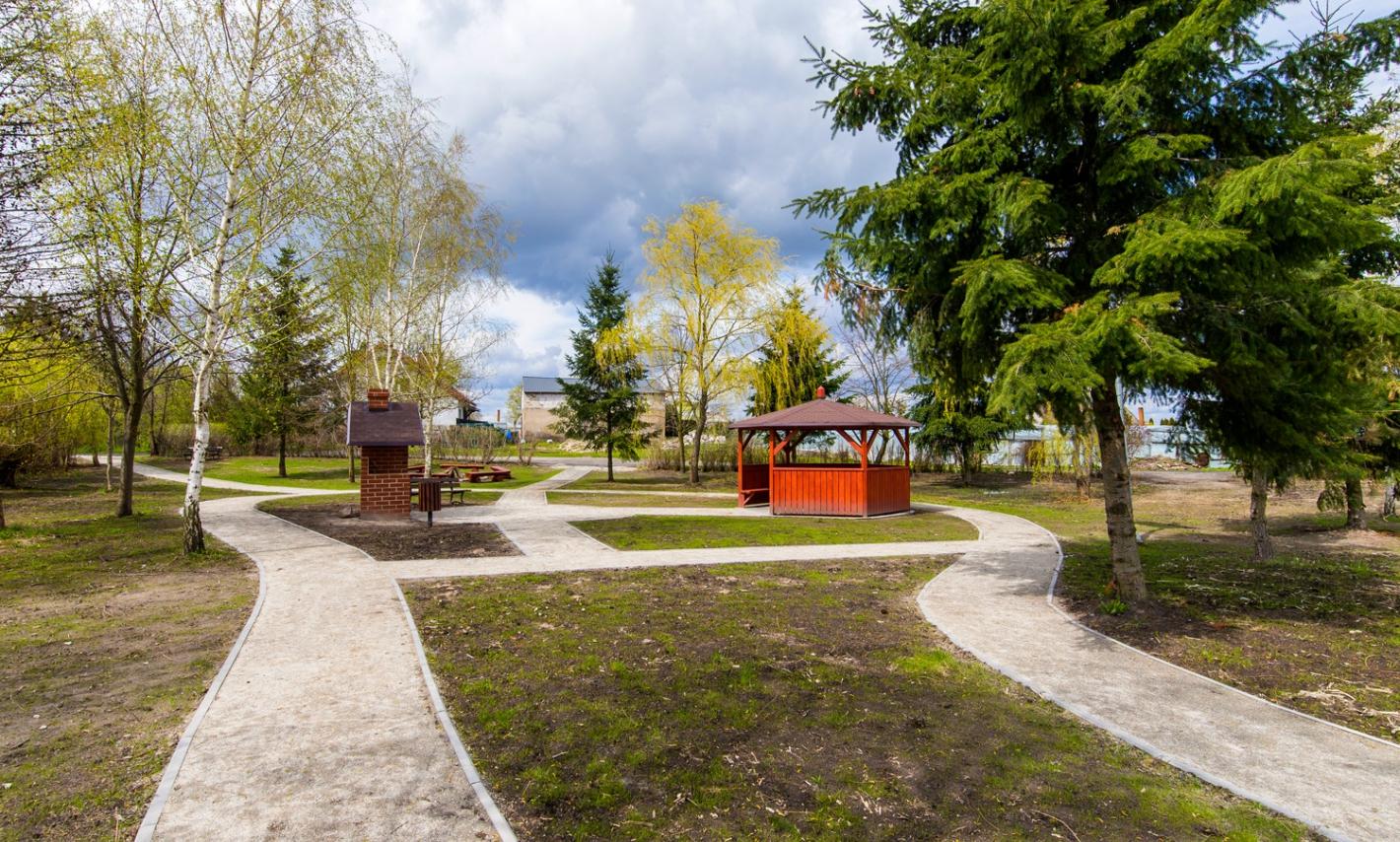 widok na park w centrum rekracyjnym we Wiągu, w tle miejsce do grilowania