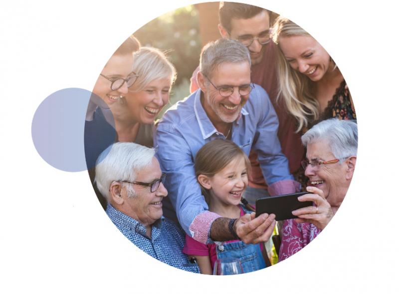 plakat promujący Narodowy Spis Powszechny 2021, rodzina wpatrzona w telefon,