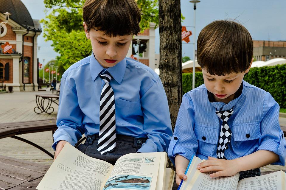 na obrazku dwoje uczniów czytających książki
