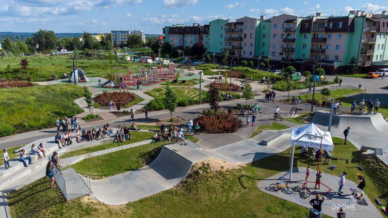 widok z drona na Art park, rampy dla rowerów oraz park zabaw dla dzieci